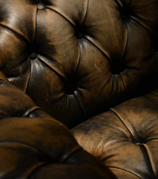 Timothy Oulton Chesterfield sofa – Westminster button close up